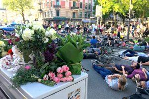 Viele Trauernde hatten Blumen mitgebracht. Foto: Fabian Hennig