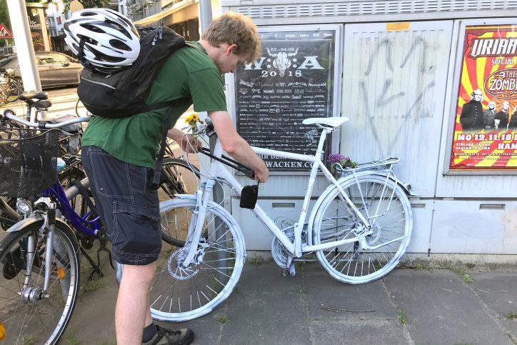 Malte Hübner stellt das Ghostbike an der Kreuzung auf. Foto: Fabian Hennig