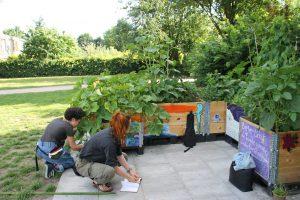 Rosi und Lili arbeiten an ihren Beeten Foto: Alicia Wischhusen