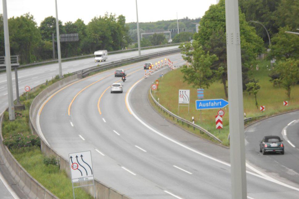 In Schnelsen hat die A7 jetzt einen Deckel drauf. Für den Zeitraum der Inbetriebnahme des umgebauten Autobahnabschnittes ist eine Umleitung eingerichtet. Foto: Anja von Bihl
