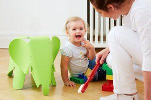 Es hat sich bewährt, Kinder ab etwa 2 Jahren zu einer Vorsorgeuntersuchung eines Elternteils mitzunehmen. Dabei erklären wir schon einmal spielerisch die aufregenden Instrumente in unserer Praxis. Positive Erlebnisse beim kinderfreundlichen Zahnarzt lassen Zahnarztangst gar nicht erst aufkommen.