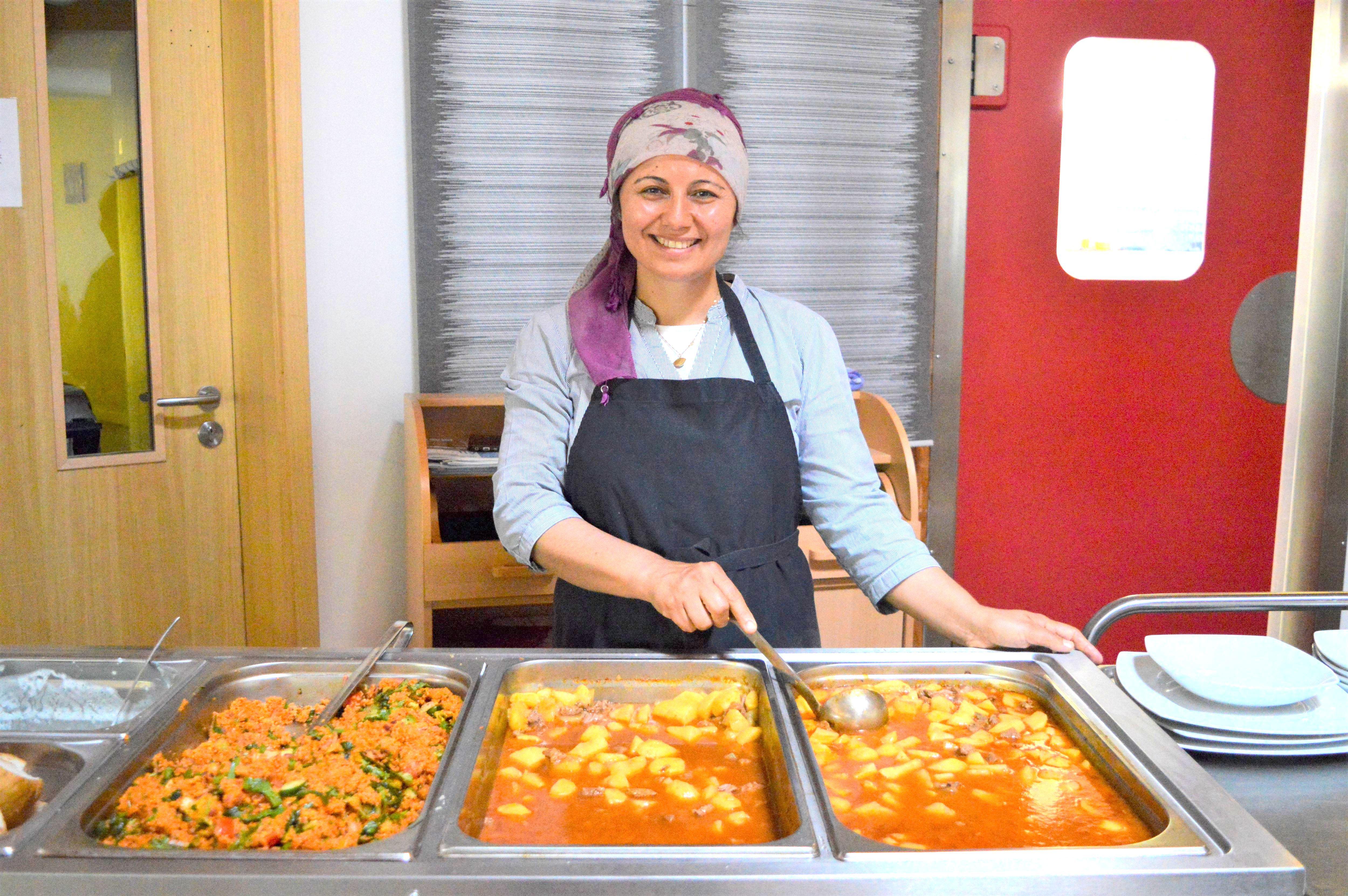 Egal ob für 10 oder 200 Gäste - Nurgüls große Leidenschaft ist das Kochen und sie bringt gerne Gerichte aus ihrer Heimat nach Eimsbüttel. Foto: Margarita Ilieva