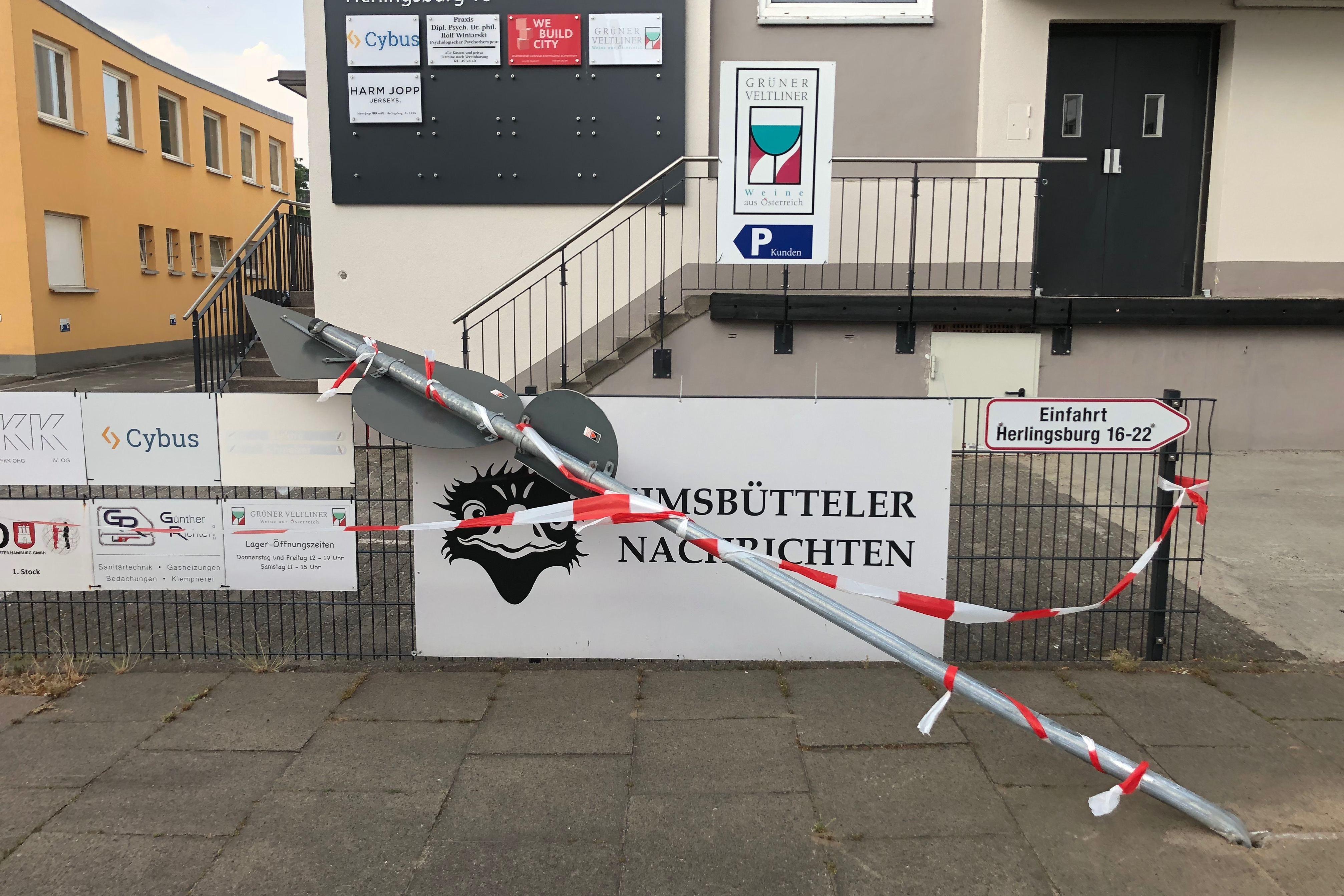 Das umgeknickte Verkehrsschild vor der Herlingsburg 16. Foto: Max Gilbert