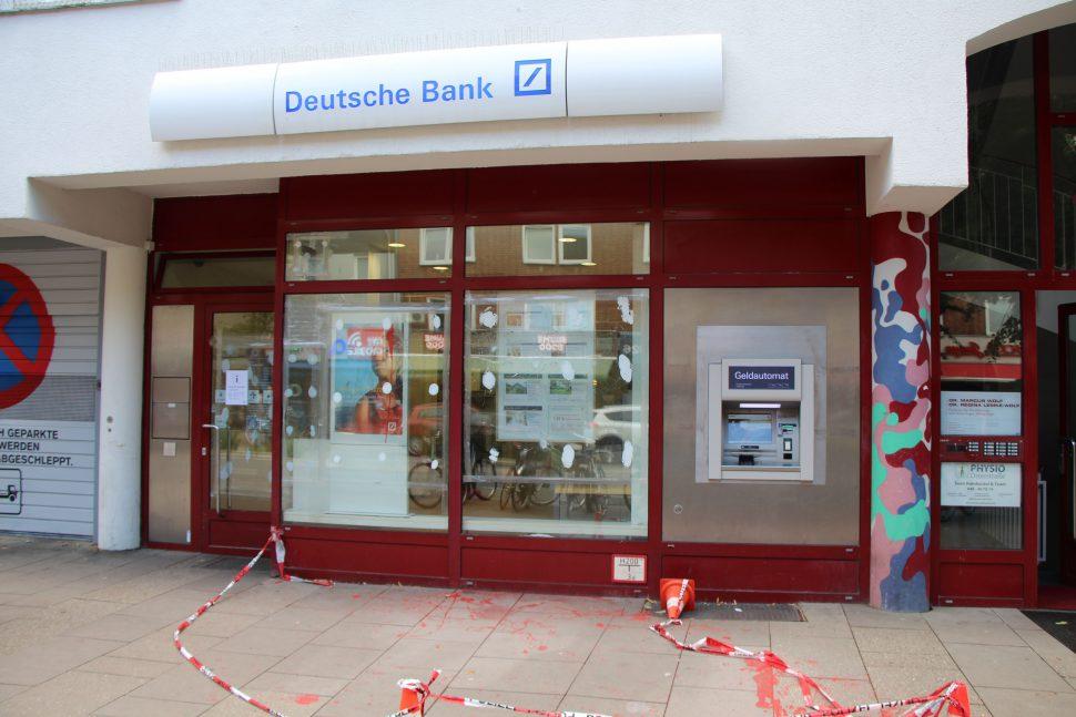 Unbekannte haben einen Anschlag auf die Deutsche Bank Filiale in der Osterstraße verübt. Foto: Robin Eberhardt