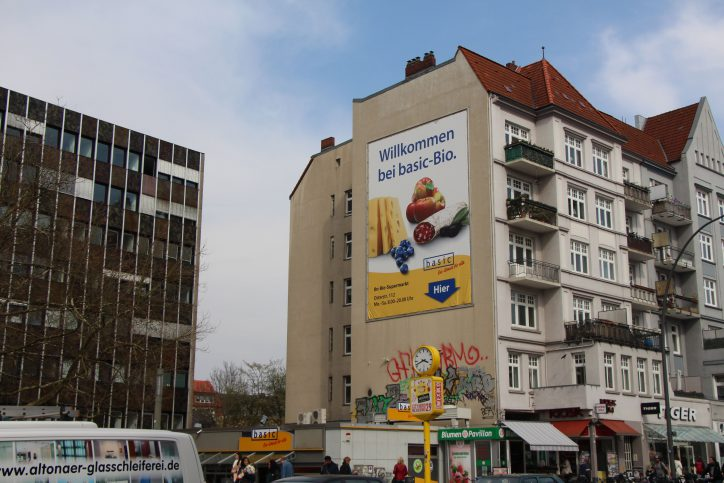 Die Seite eines Altbaus bietet wunderbaren Platz für großflächige Werbung. Foto: Robin Eberhardt