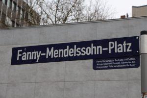 Straßenschild Fanny-Mendelssohn-Platz. Foto: Robin Eberhardt