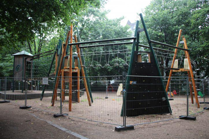 Großes Klettergerüst des Spielplatz Telemannstraße bleibt vorerst gesperrt. Foto: Robin Eberhardt