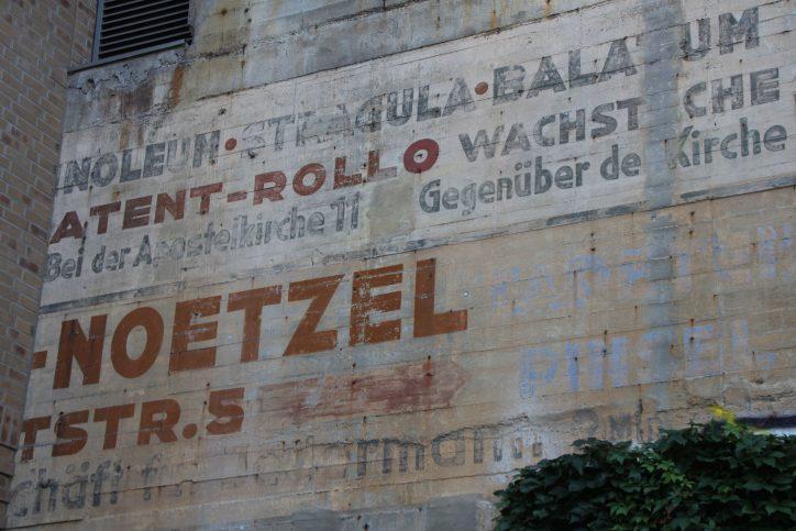An dem Bunker ist noch alte Werbung zu sehen. Foto: Robin Eberhardt