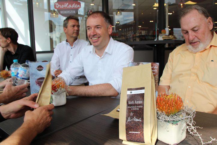 """Geschenke für die Teilnehmer: Der """"Bundestagskaffee"""" von Niels Annen. Foto: Nele Deutschmann."""