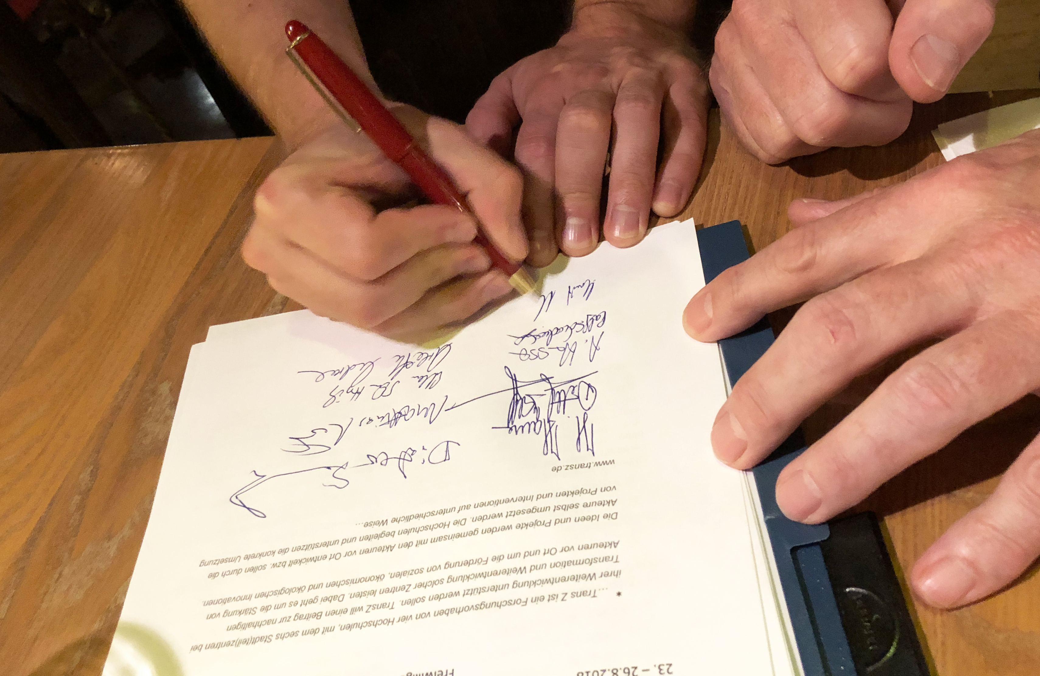 Die Gründungssatzung des Stadtteilvereins Eimsbüttel unterschrieben. Foto: Ellen Schuttrich