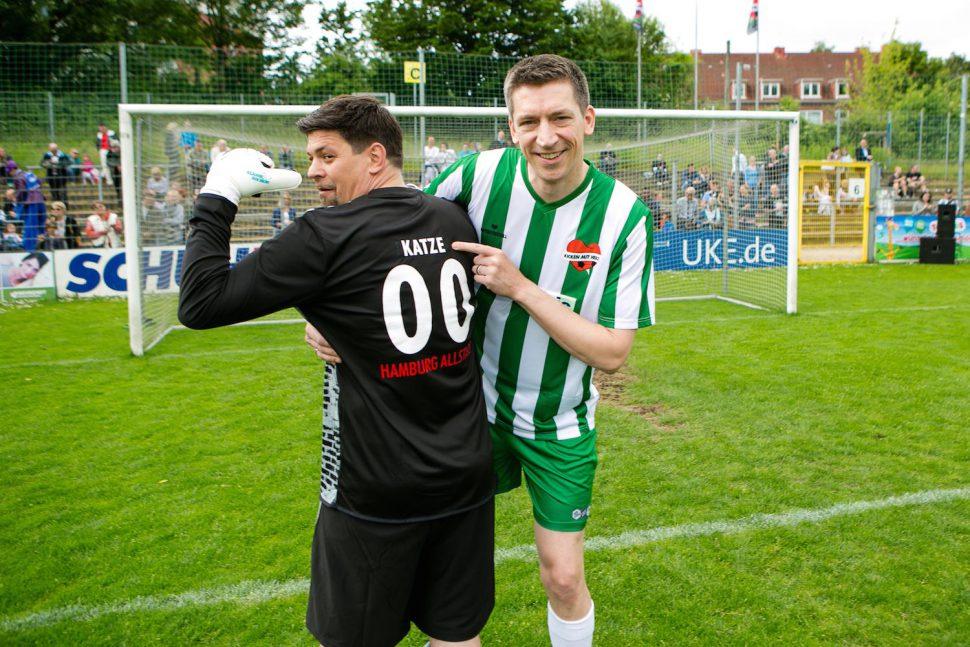 Tim Mälzer und Steffen Hallaschka bei Kicken mit Herz. Foto: Oliver Reetz