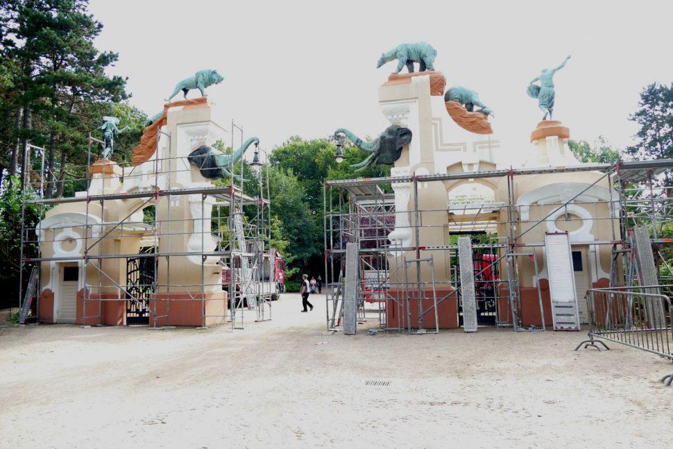 Das historische Eingangstor wird für die Renovierungsarbeiten vorbereitet. Foto: Tierpark Hagenbeck