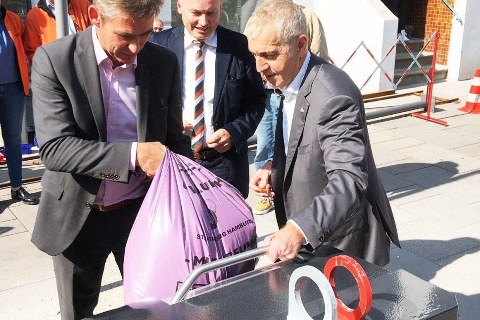 Bezirksamtsleiter Kay Gätgens weiht den ersten unterirdischen Müllcontainer in Eimsbüttel ein. Foto: Bezirksamt Eimsbüttel