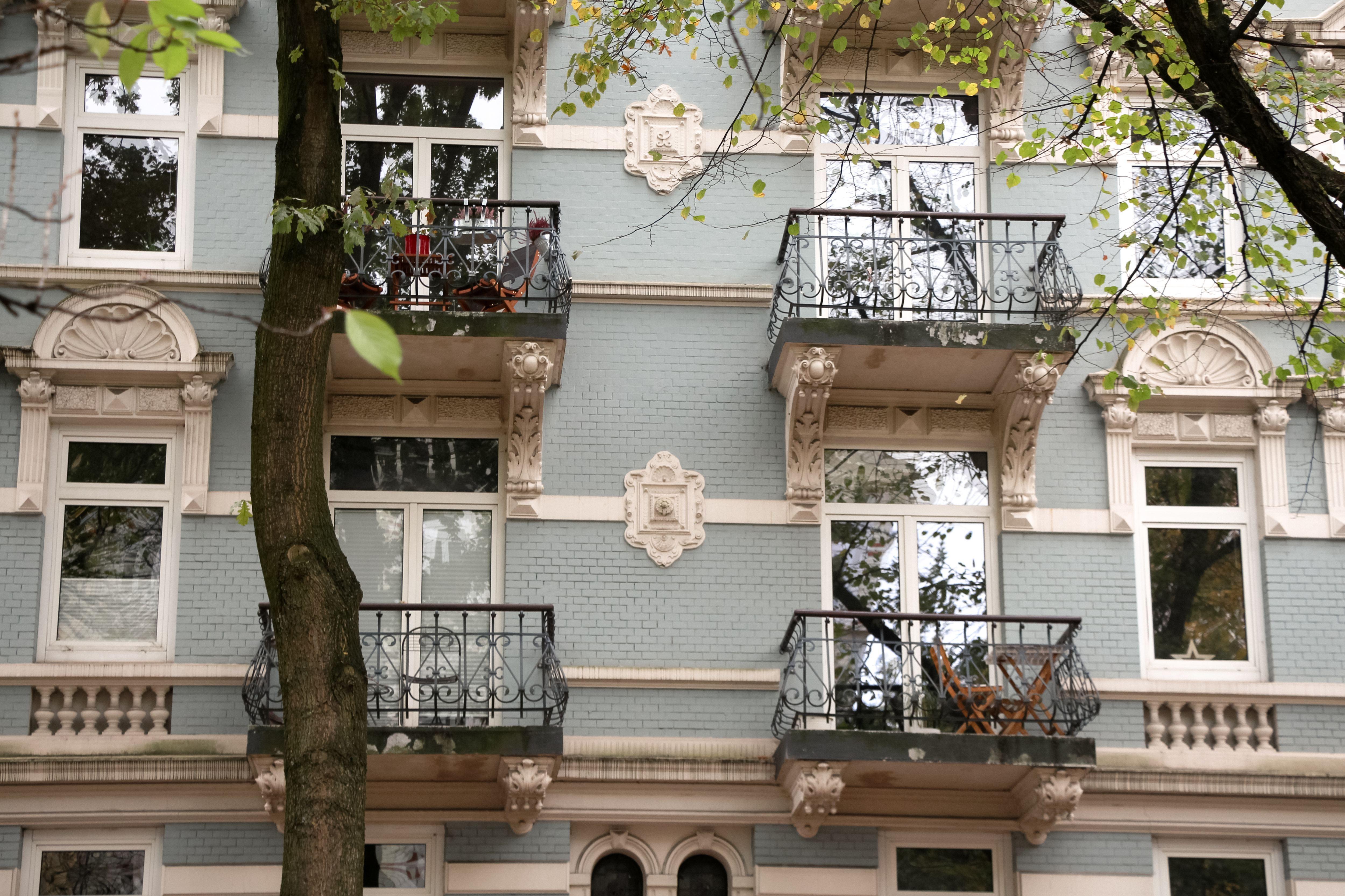 Typisch für Eimsbüttel und damit auch in der Lappenbergsallee zu finden: verzierte Balkone an schönen Altbauhäusern. Foto: Alicia Wischhusen