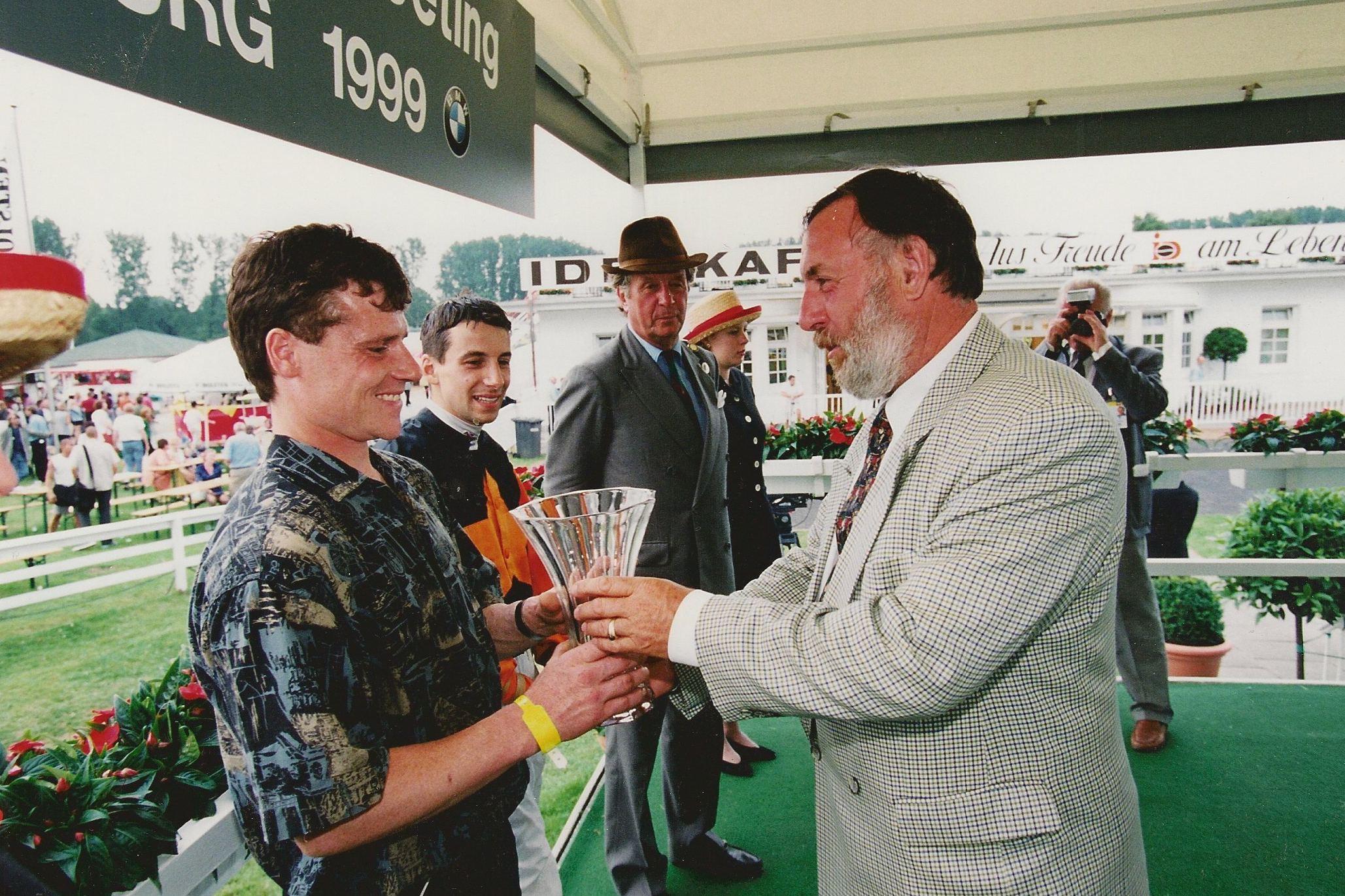 Und bei der Preisübergabe des Hamburger Derbys. Im Hintergrund ist Albert Daboven zu sehen. Foto: Dieter Schreck