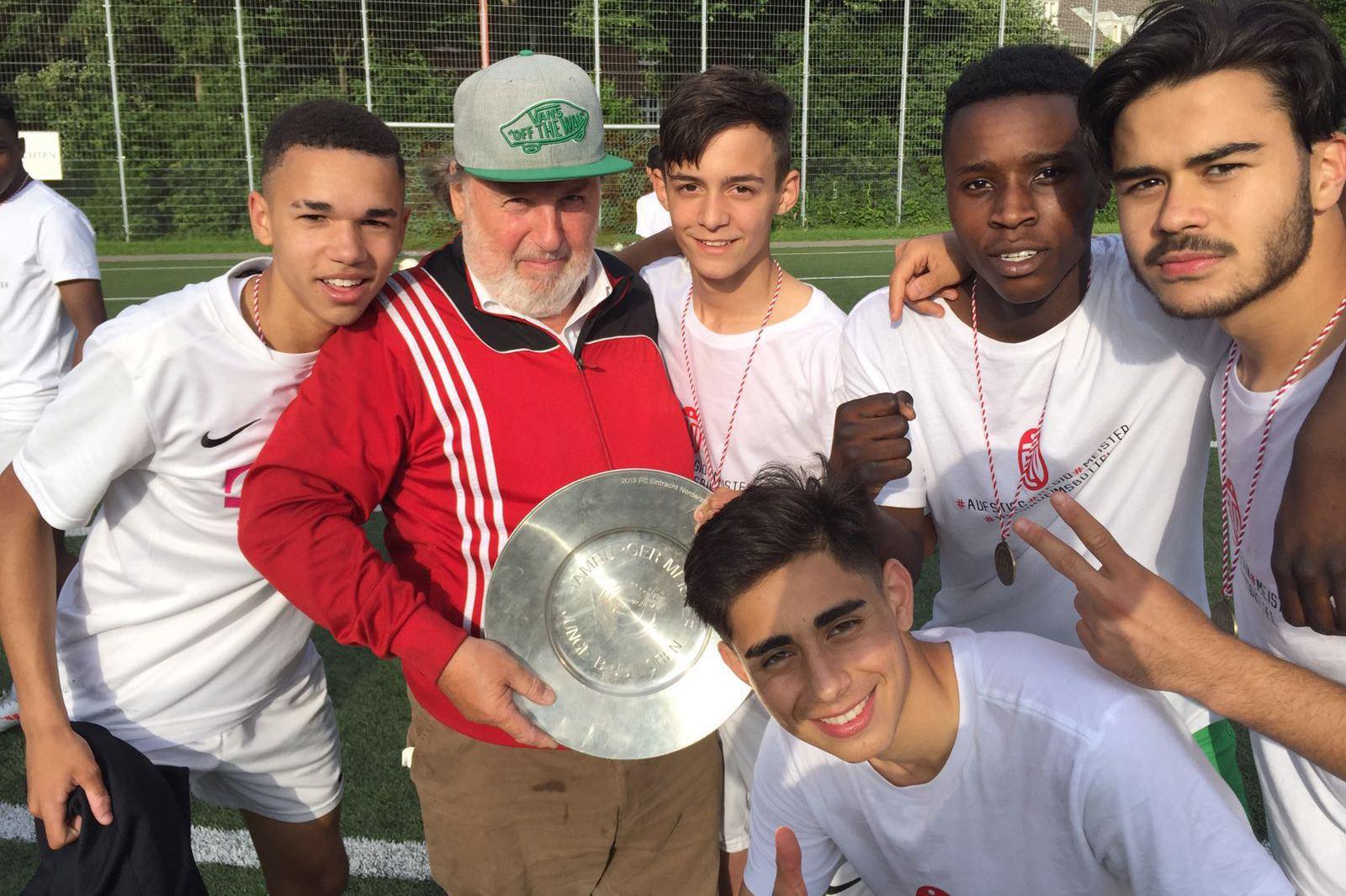 Dieter Schreck mit den Jungs der U17-Fußballmannschaft vom ETV. (2018) Foto: ETV