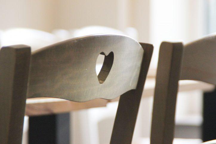 Auch die Stühle kommen aus der Bretagne. Foto: Fabian Hennig