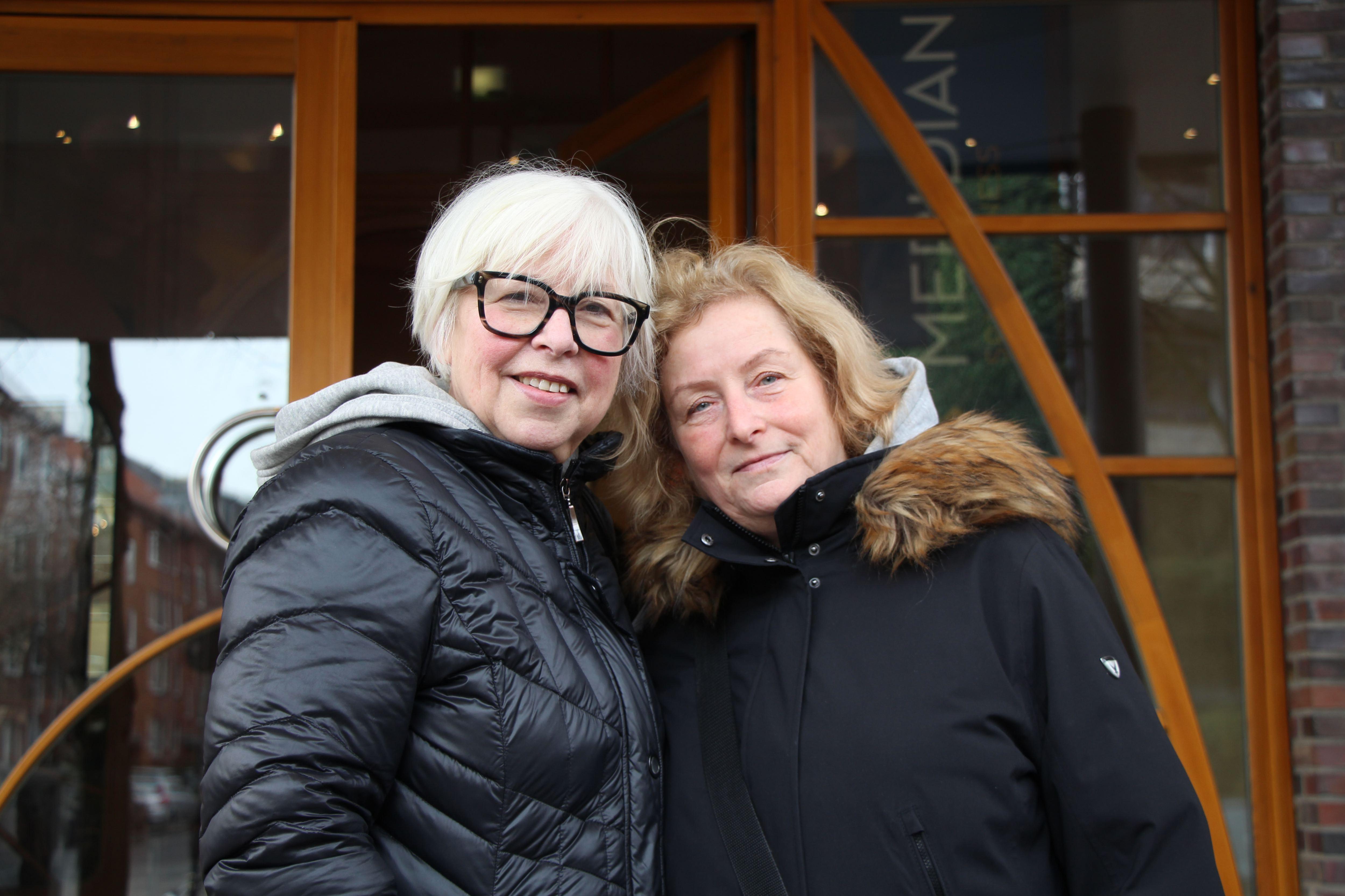 """Felicitas (links) und Brigitte (rechts): """"Wir finden die Verordnung gut, es muss normal sein, wenn man bekleidet ist. Wir sind seit 20 Jahren Mitglieder und wurden teilweise komisch angeguckt, wenn wir nicht nackt waren. Deswegen sind wir irgendwann nicht mehr baden gegangen."""""""