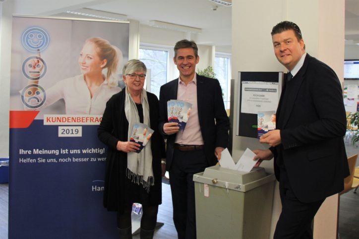 Finanz- und Bezirkssenator Dr. Andreas Dressel war zu Gast im Kundenzentrum Eimsbüttel. V. l. n. r. Sabine Marzahn, Kay Gätgens, Dr. Andreas Dressel. Foto: Anna Korf