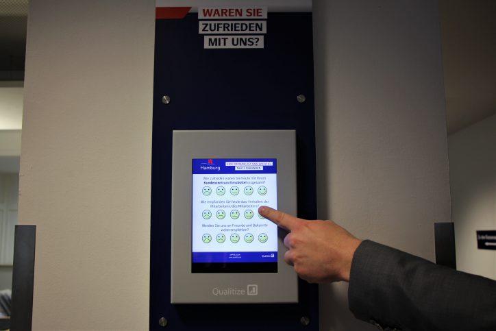 An diesem Touchpad können Kunden ihren Besuch im Kundenzentrum bewerten. Foto: Anna Korf