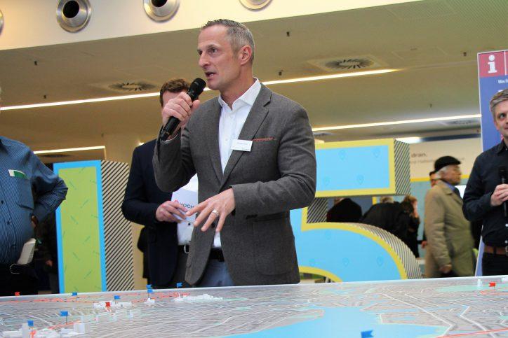 Andreas Ernst, Verantwortlicher für die Bürgerbeteiligung und Kommunikation im U-Bahnnetzausbau, im Dialog mit Bürgern. Foto: Anna Korf