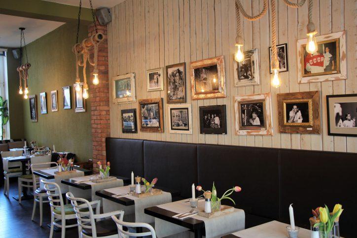 Schicke Einrichtung trifft rustikale Küche. Foto: Anna Korf
