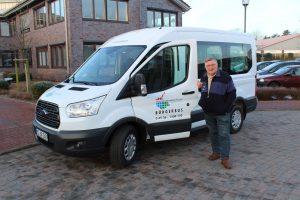 So könnte der erste Bürgerbus in Hamburg aussehen. Im Bild zu sehen: Dieter Stahmer, der erste Fahrer vom Bürgerbus im Amt Sandesneben-Nusse. Foto: Holger Jansen