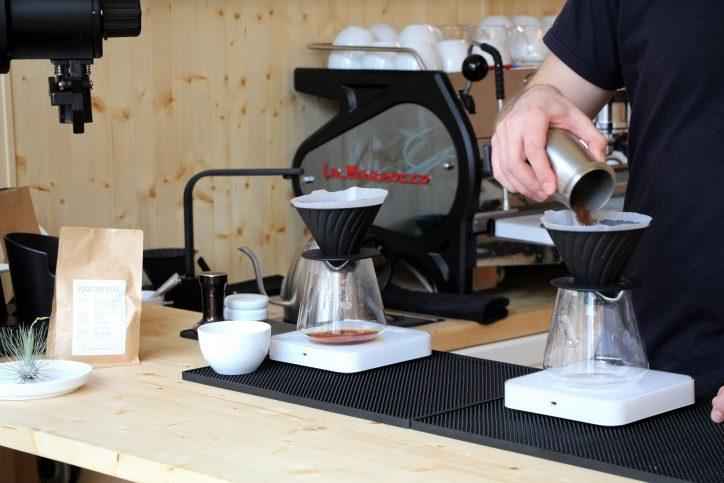 """In der """"Surf Shop Roastery"""" kann der Kunde bei der Zubereitung seines Kaffees zwischen Pour-Over-Drip oder Aeropress wählen. Foto: Alicia Wischhusen"""