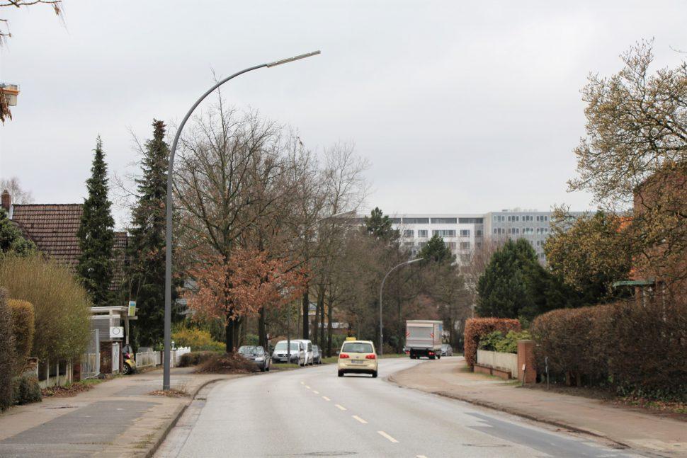 Im Kreuzungsbereich zwischen Julius-Vosseler-Straße und Oddernskamp ist ein PKW mit einem Laternenmast zusammengestoßen. Foto: Alicia Wischhusen