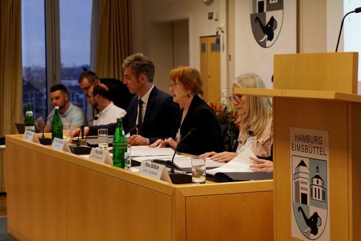 Die Erklärung der Bezirksversammlung Eimsbüttel zur Bombendrohung gegen die Ida Ehre Schule wurde zu Beginn der Bezirksversammlung verlesen. Foto: Catharina Rudschies