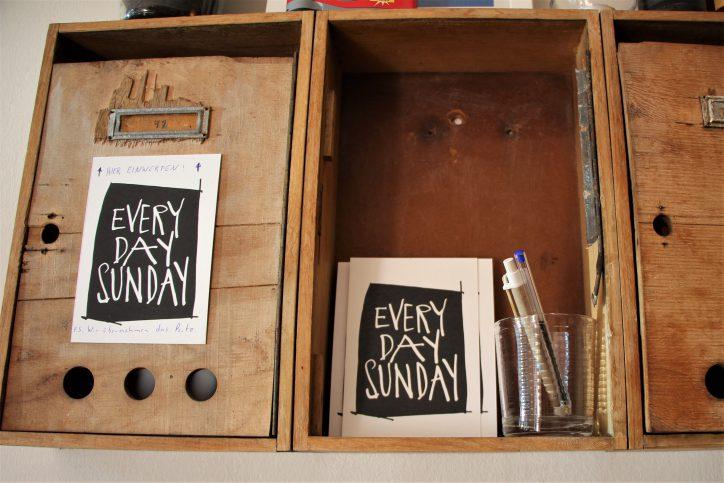 """Lebensgefühl zum Verschicken: """"Every Day Sunday"""" Postkarten. Foto: Anna Korf"""