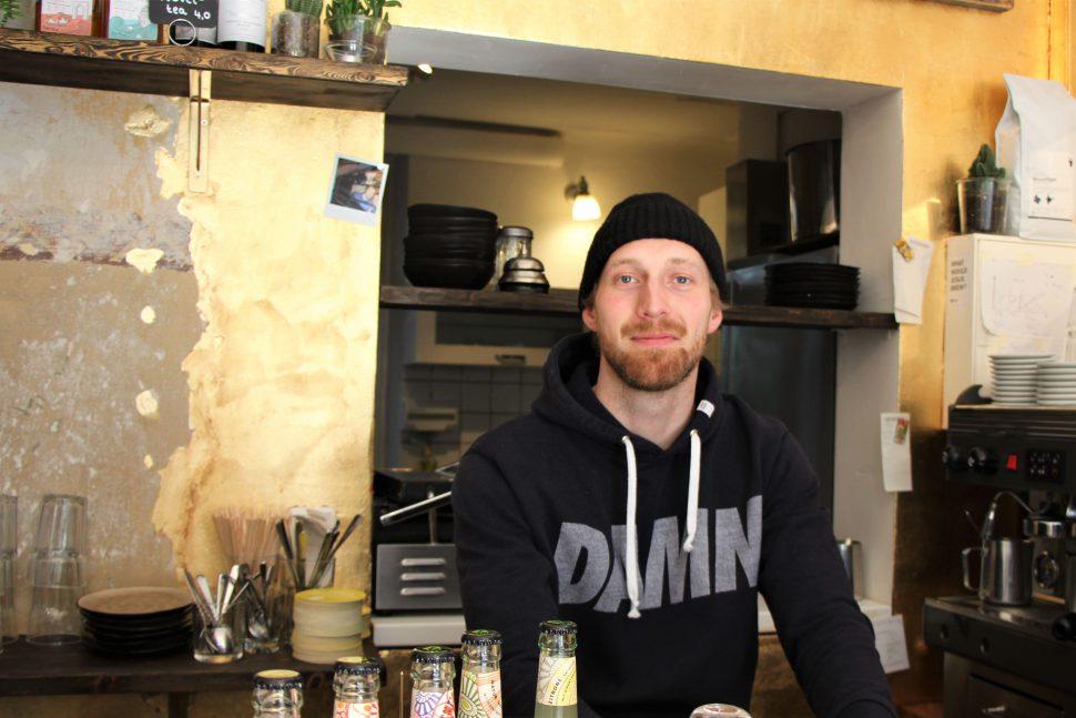 """Inhaber Nemo Weber in seinem ersten eigenen Café """"Every Day Sunday"""". Foto: Anna Korf"""
