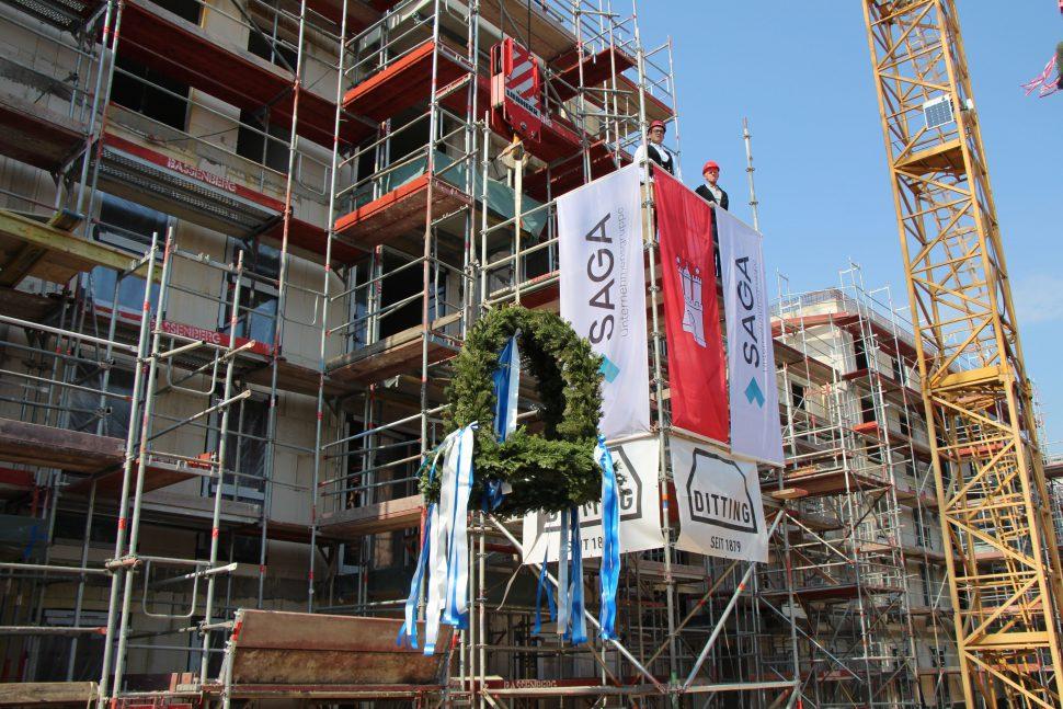 Am Montagmittag wurde das Richtfest in Lokstedt gefeiert. Foto: Alicia Wischhusen