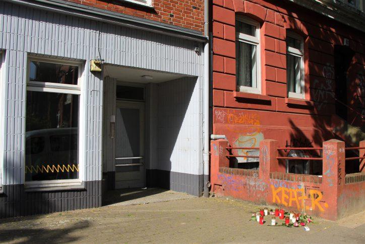 Kerzen und Blumen am Ort des Geschehens. Foto: Catharina Rudschie