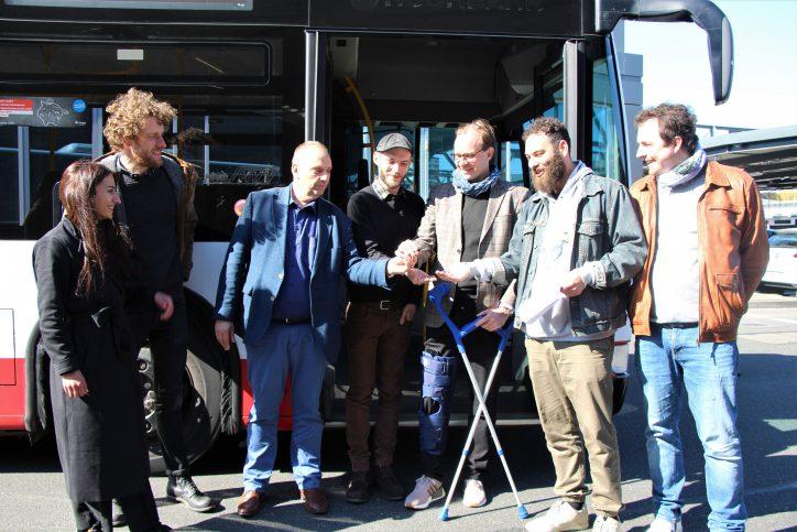 Hochbahn-Chef Henrik Falk übergibt den Linienbus an die Initiatoren von GoBanyo. Foto: Catharina Rudschies