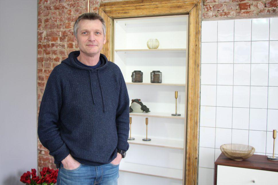 """Ole Wulf ist der Inhaber des neuen Geschäfts """"Inlignum"""" für Möbel nach Maß. Foto: Catharina Rudschies"""
