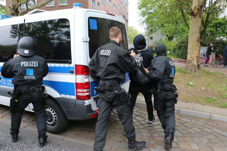 Festnahme am Schulterblatt: Ein Polizeiwagen wurde beschädigt. Foto: Niklas Heiden