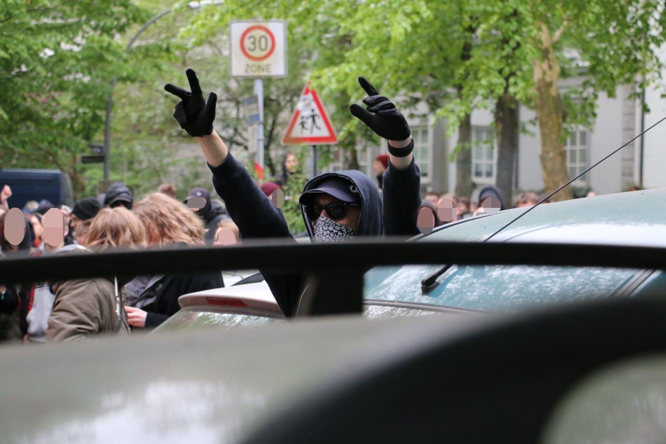 Die revolutionäre 1. Mai-Demo des Roten Aufbaus erreicht den Heußweg. Foto: Niklas Heiden