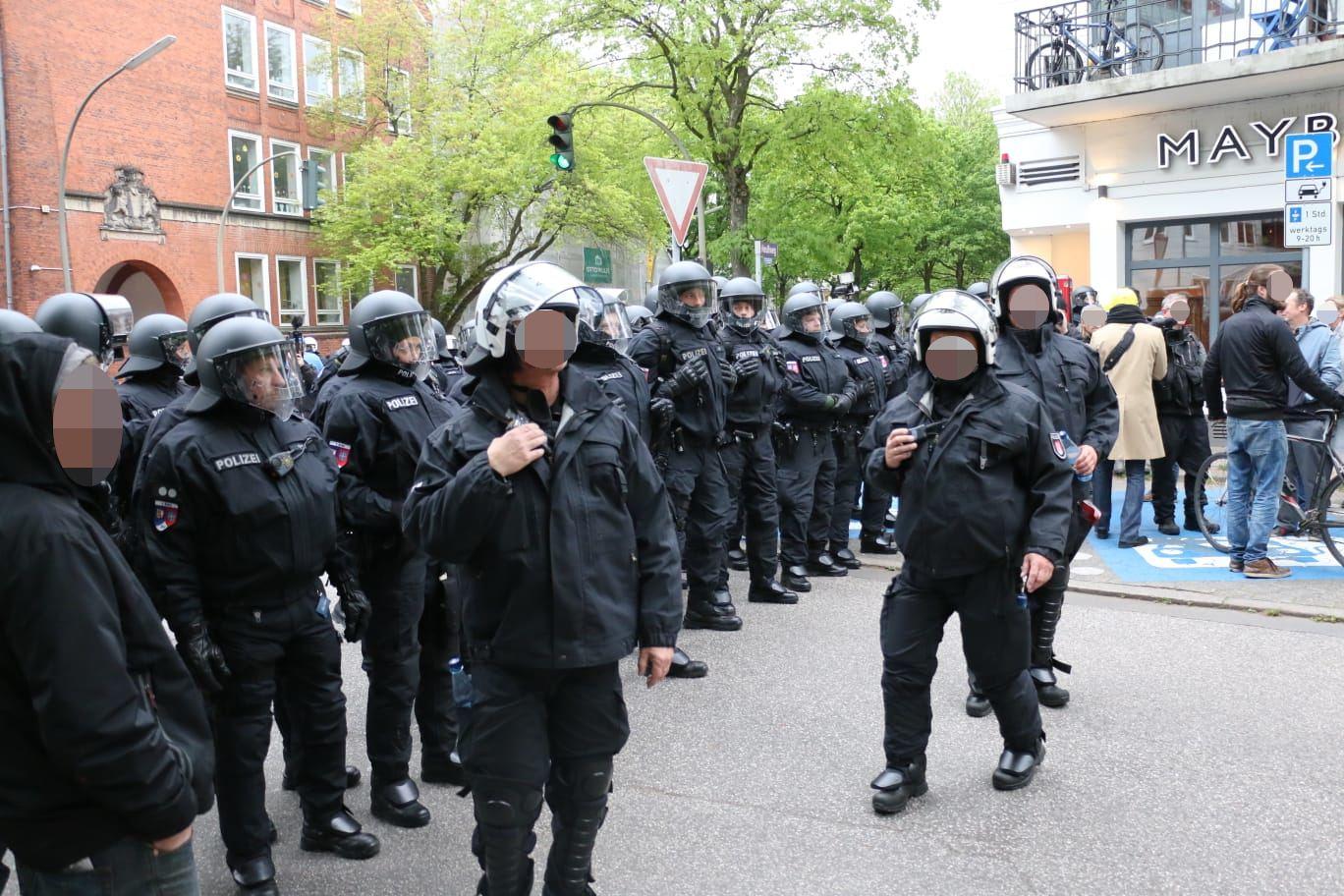 Die Polizei stoppt die Demonstranten, da Böller gezündet wurden. Foto: Niklas Heiden