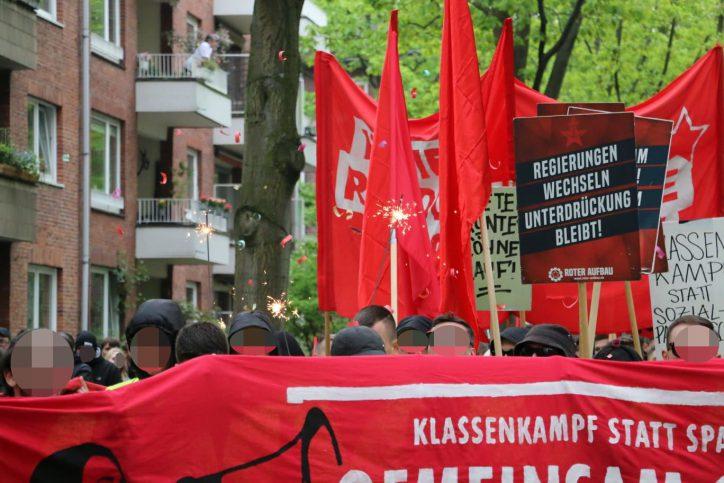 Wunderkerzen statt Pyros: Die Polizei drohte mit der Aufstockung der Demo, falls die Protestler weiterhin Pyrotechnik zündeten. Foto: Niklas Heiden