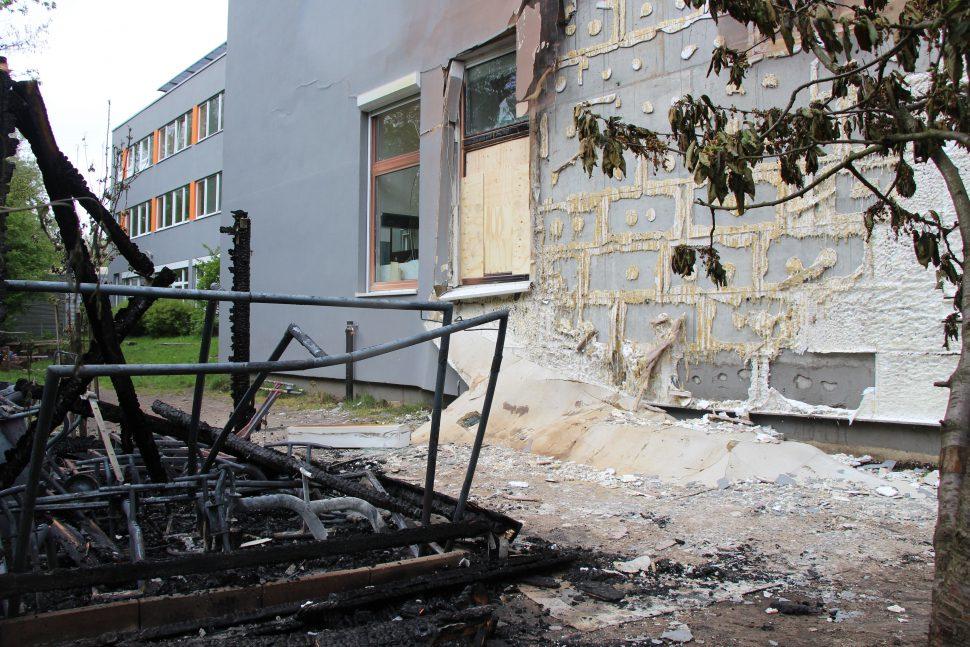 """Bei der Kindertagesstätte """"Mucklas"""" wütet ein Feuer letzte Nacht. Foto: Alicia Wischhusen"""