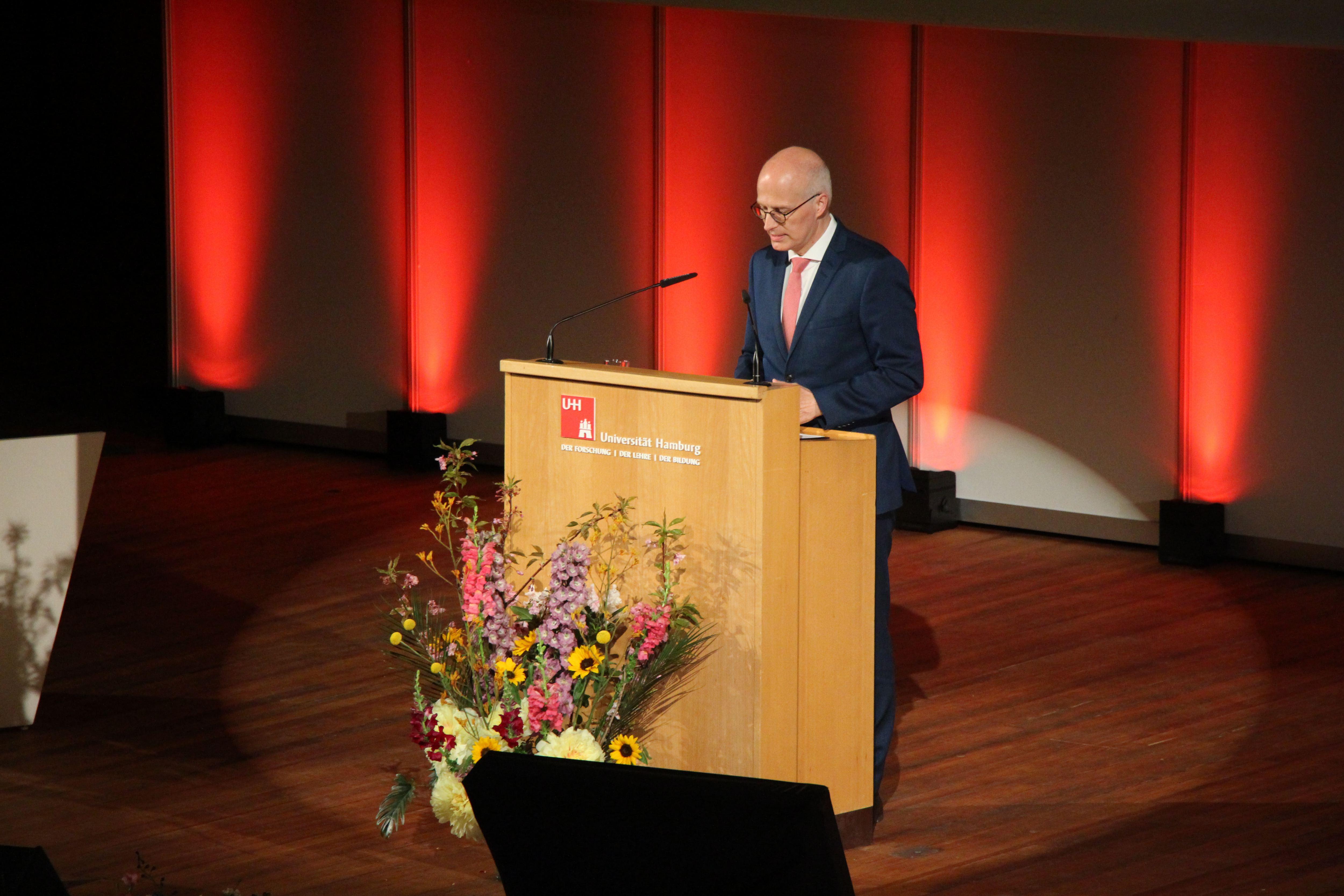 Peter Tschenscher lobte die Universität als die größte Forschungsstätte des Nordens. Foto: Alicia Wischhusen