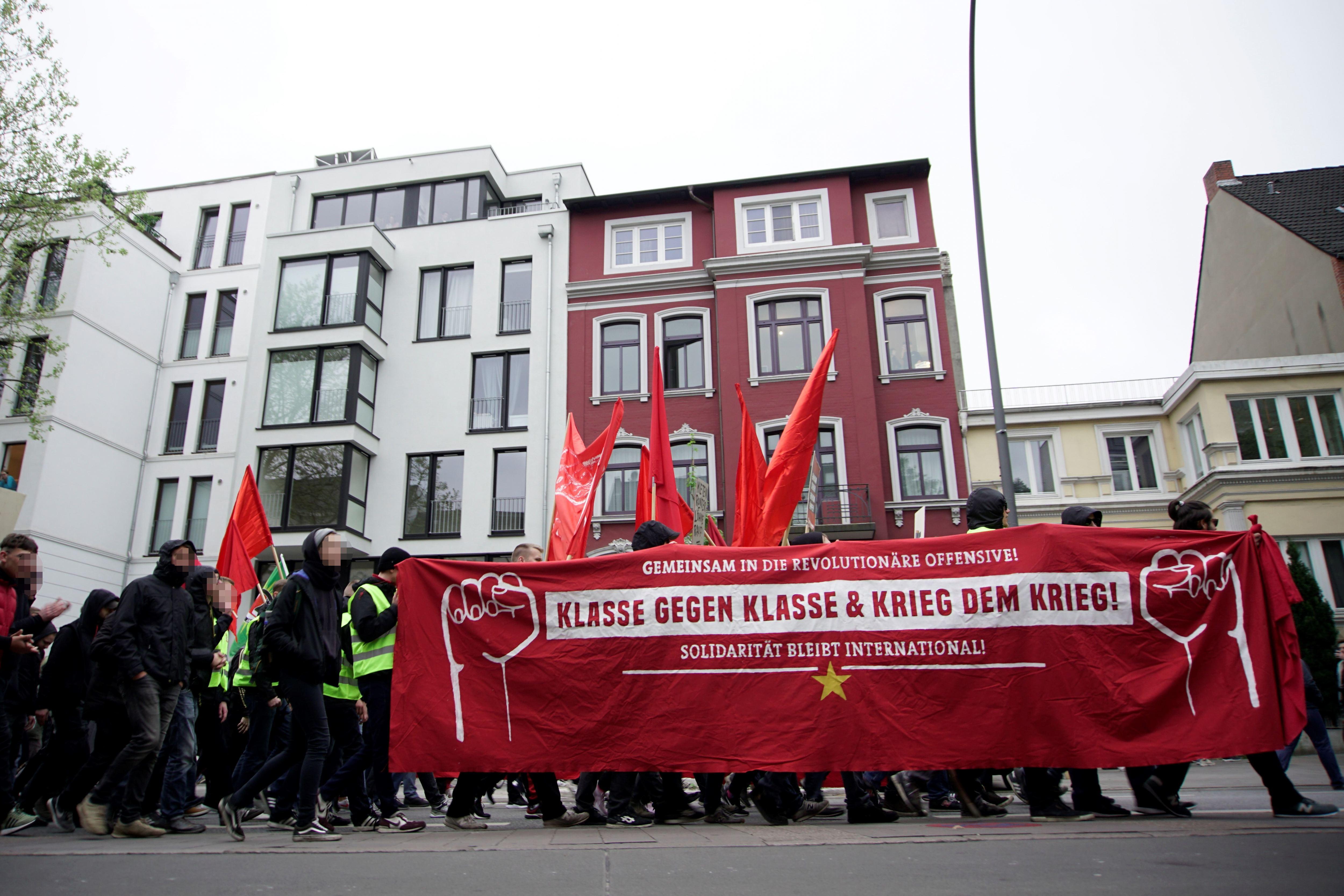 """Etwas 2.500 Teilnehmer hatte die Versammlung des """"Roten Aufbaus"""" am 1. Mai. Foto: Stefan Fraberger"""