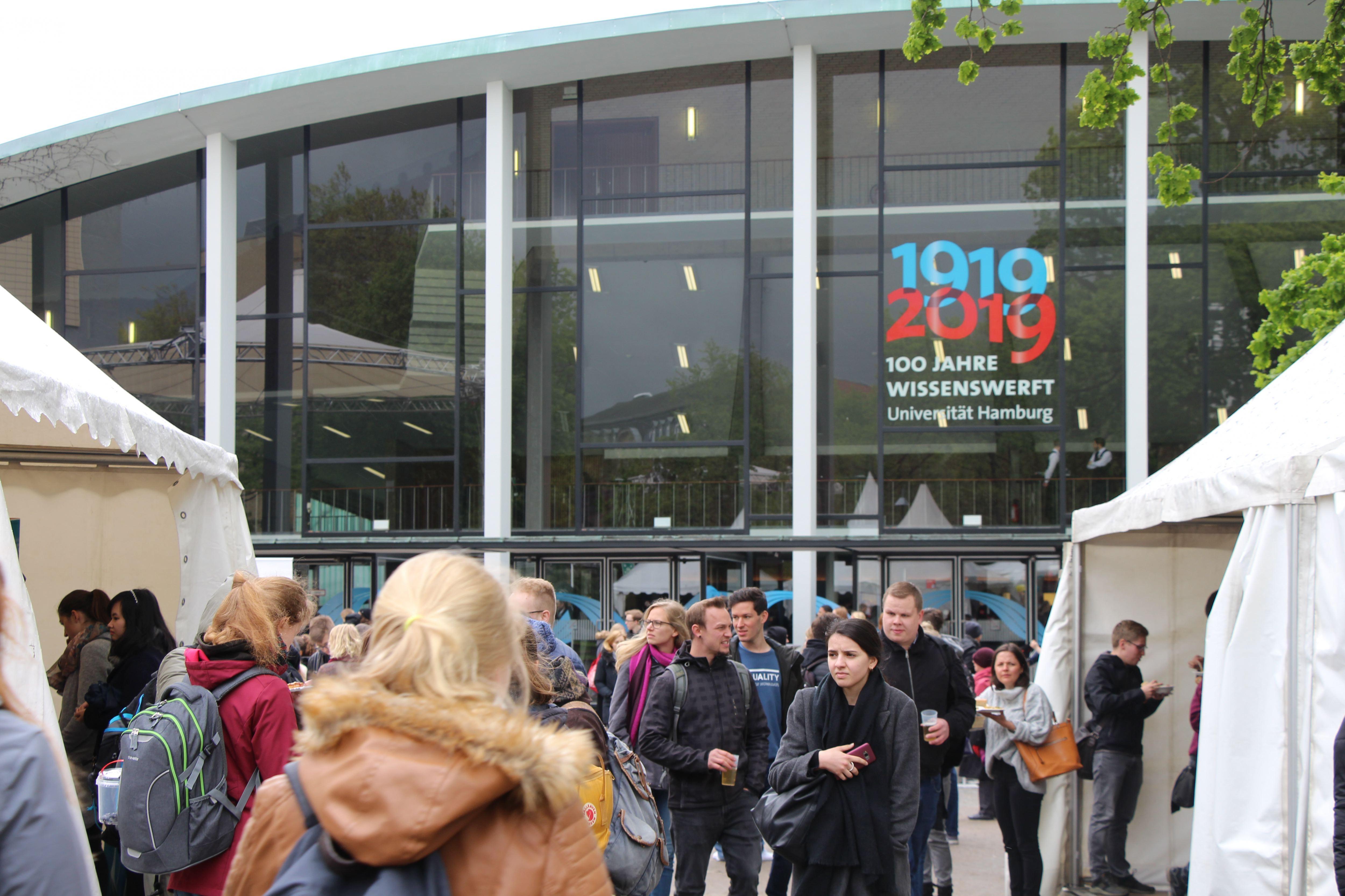Etwa 1.400 Gästen haben im Audimax Platz gefunden. Foto: Alicia Wischhusen