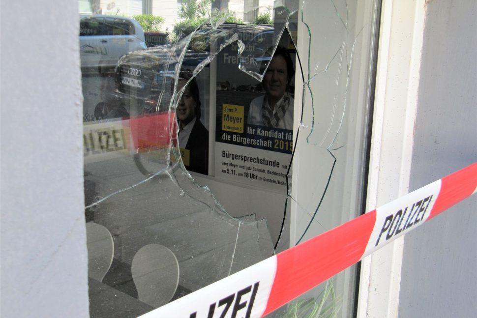 Ein eingeschlagenes Fenster des FDP-Abgeordnetenbüros. Foto: Catharina Rudschies