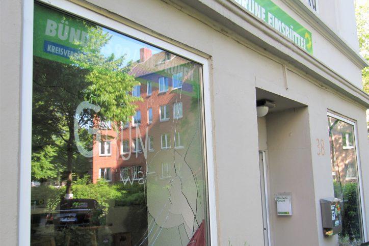 Die demolierten Scheiben des Parteibüros der Grünen Eimsbüttel. Foto: Catharina Rudschies