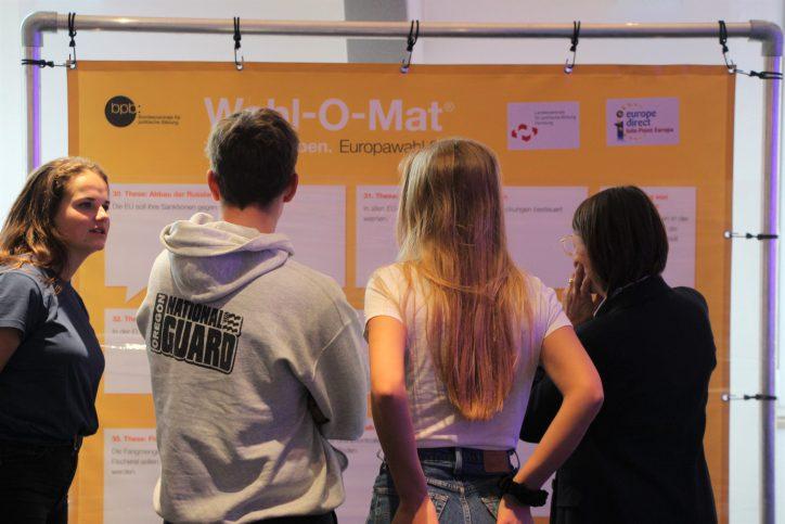 Der Wahl-O-Mat zum Aufkleben tourt ab jetzt durch Hamburg. Foto: Catharina Rudschies
