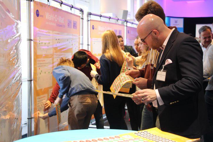 Auch die kandidierenden Europapolitiker klebten ihre Positionen an die Thesen. Hier zu sehen: Andreas Moring (FDP). Foto: Catharina Rudschies