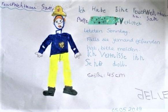 Feuerwehrpuppe Sam ist zurück: Timo Heine von der Freiwilligen Feuerwehr Stellingen macht einem kleinem Jungen eine Freude. Foto: Katharina G.