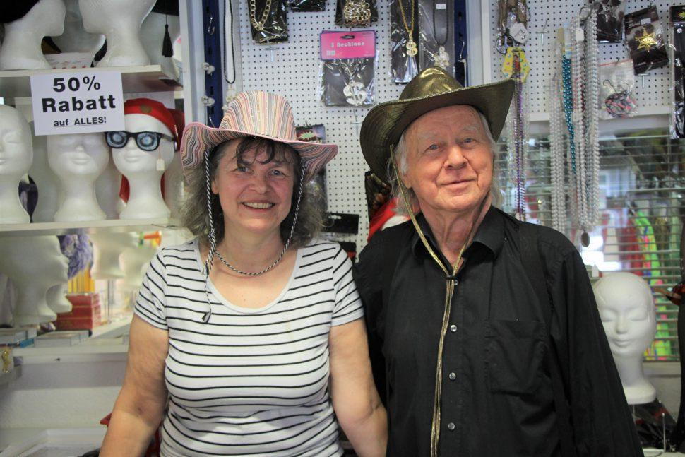 Heike Passarge und ihre Mann Götz Vincentz schließen ihr Kostümgeschäft nach 18 Jahren Betrieb. Foto: Sahra Vittinghoff